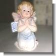 Angelito de porcelana fria en posicion de rodillas, 12cms. de altura